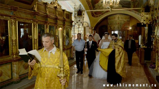 Священник на венчании