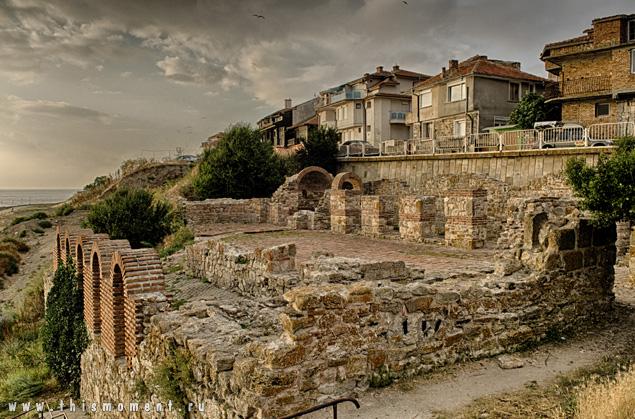 Руины и город