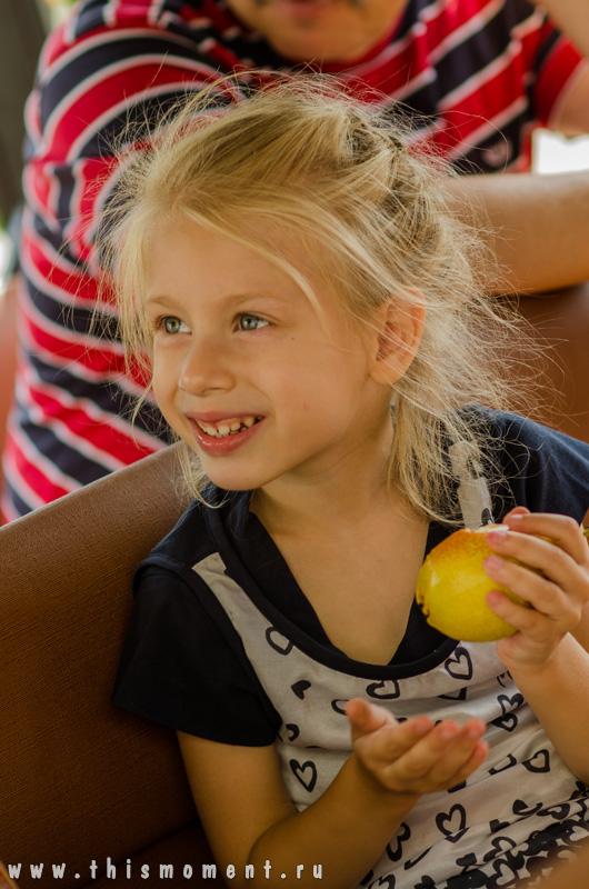 Портрет с яблоком
